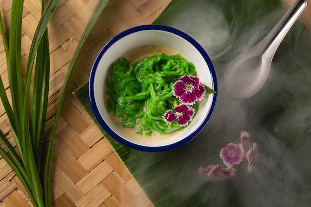 Tajlandzki deser, ryżowi kluski robić ryż jedzący z kokosowym mlekiem na drewnianym stole, odgórny widok