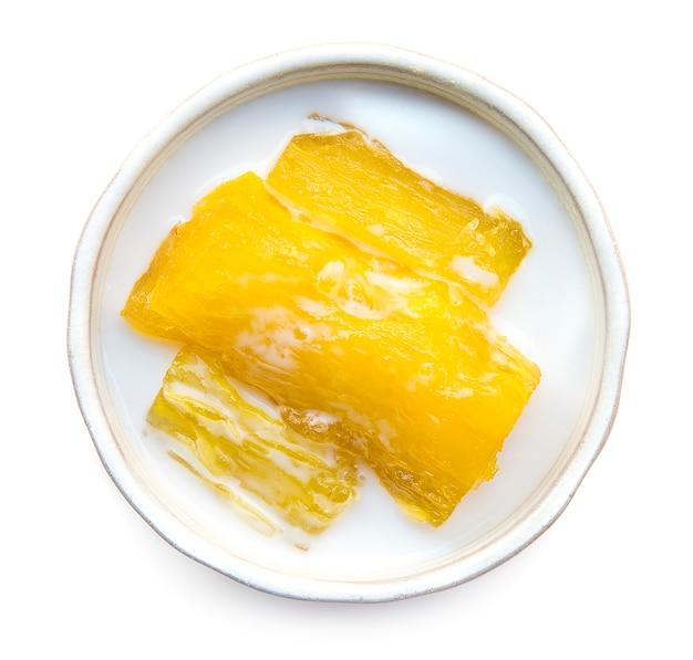 Tajlandzki deser słodka kasawa lub tapioka z kokosowego mleka syropu odgórnym widokiem odizolowywającym