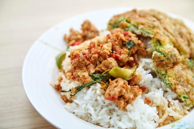 Tajlandzki karmowy rice miesza smażącą czerwoną curry wieprzowinę