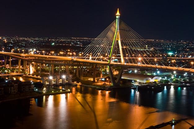 Tajlandzki mega temblaka most w tajlandia. most przecina rzekę chao phraya dwa razy.