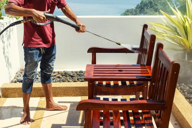 Tajlandzki mężczyzna robi ciśnieniu myje na drewnie