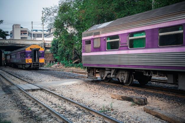 Tajlandzki pociąg kolejowy z lokomotywą kursuje w bangkoku