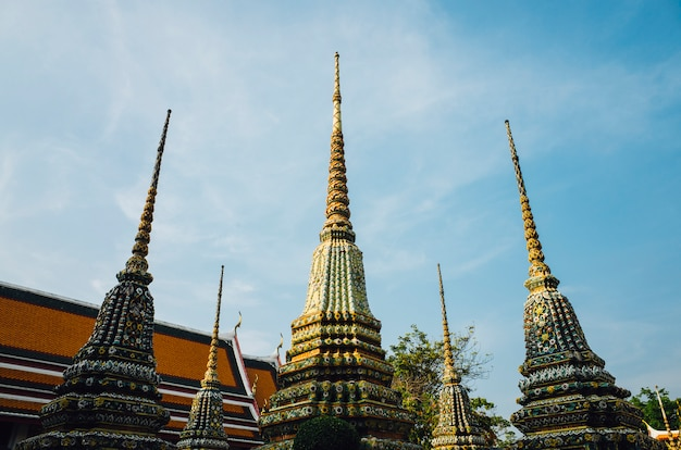 Tajlandzki świątynny pagodowy bangkok i niebo