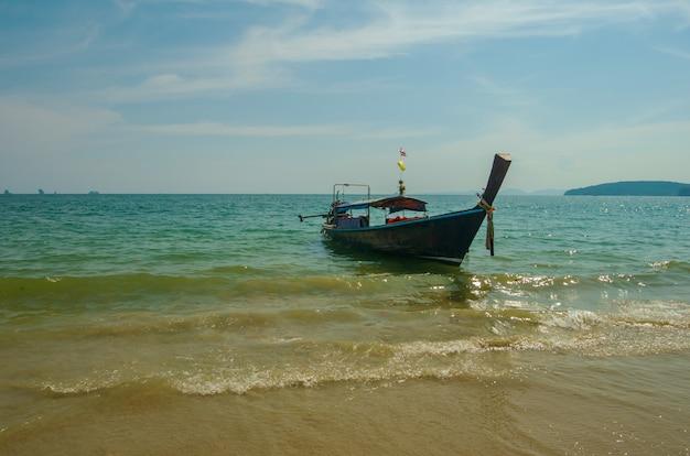 Tajlandzki tradycyjny drewniany długiego ogonu łodzi plaży piasek ao nang, krabi, tajlandia