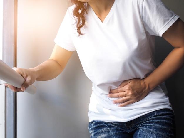 Tajlandzkie azjatyckie kobiety z silnym ostrym bólem brzucha.