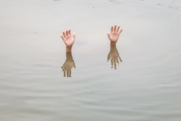 Tajlandzkie dzieci w dużym stawie wodnym: koncepcja utonięcia