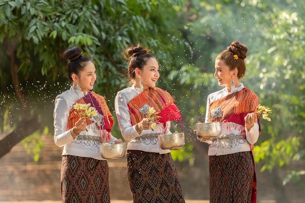 Tajlandzkie dziewczyny bryzga wodę podczas festiwalu songkran festiwalu