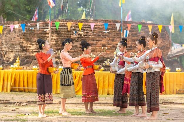 Tajlandzkie dziewczyny i laos dziewczyny bryzga wodę podczas festiwalu songkran festiwalu
