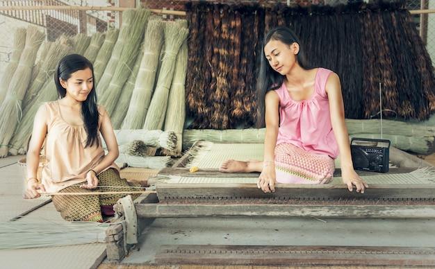 Tajlandzkie dziewczyny pracuje tkaniny z papyrusem mata.
