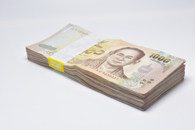 Tajlandzkiego kąpielowego banknotu tajlandzki pieniądze na biel powierzchni