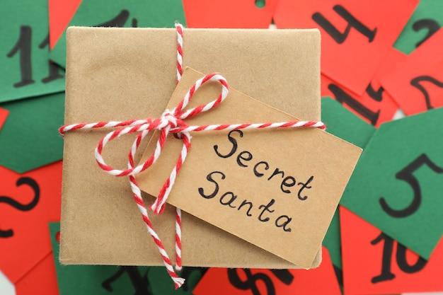 Tajne pudełko prezentowe santa, widok z góry i zbliżenie.