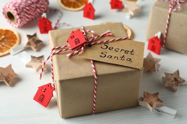 Tajny skład santa i boże narodzenie na białym tle drewnianych.