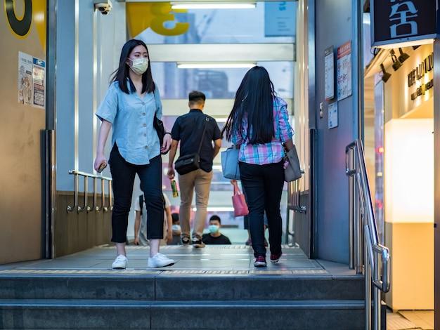 Tajpej, tajwan - 14 maja: pasażerowie noszący maskę chirurgiczną 14 maja 2021 r. w tajpej na tajwanie. stwierdzono 160 686 749 potwierdzonych przypadków covid-19, w tym 3 335 948 zgonów na świecie.