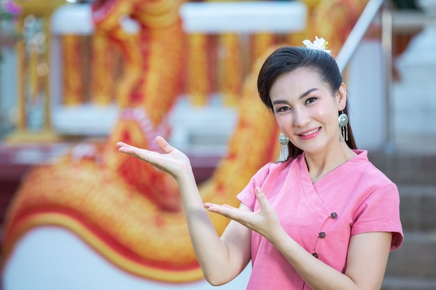 Tajska dama północna uśmiecha się w różowej koszuli
