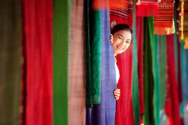 Tajska dziewczyna w tradycyjnym kostiumie lanny podróż w lamduan tkaniny