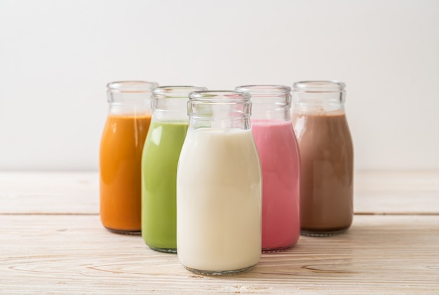 Tajska herbata mleczna, matcha zielona herbata latte, kawa, mleko czekoladowe, różowe mleko i świeże mleko w butelce