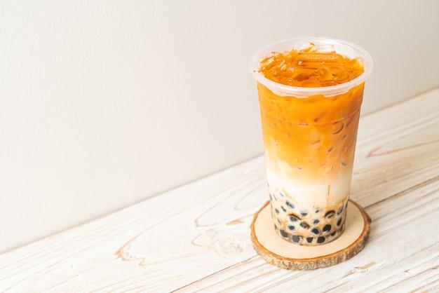 Tajska herbata mleczna z bąbelkowym brązowym cukrem