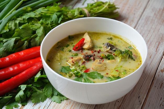 Tajska pikantna zupa z kurczaka w zielonym curry z mlekiem kokosowym, grzybami i brokułami.