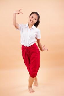 Tajska sztuka performatywna, studentka tańca tancerki w tradycyjnej czerwonej przepasce biodrowej