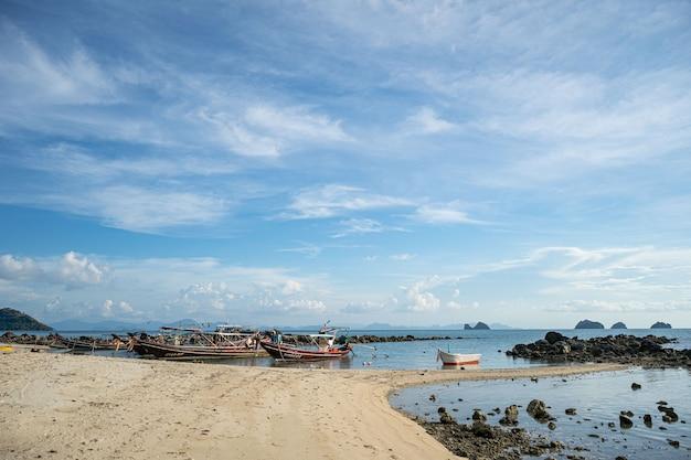 Tajska tradycyjna drewniana łódź typu longtail i piękna piaszczysta plaża railay w prowincji krabi ao nang w tajlandii