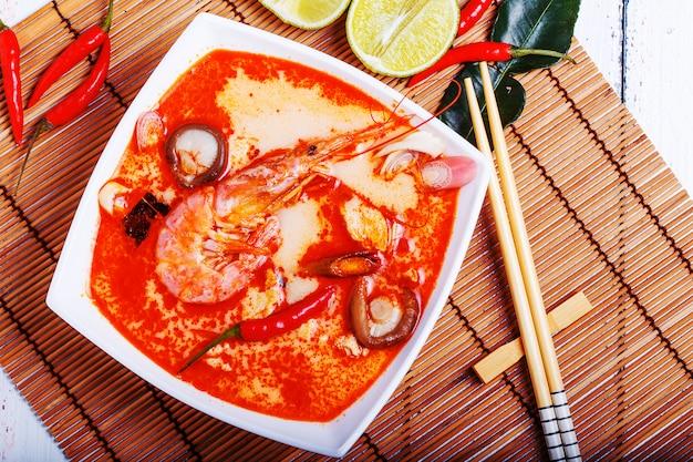 Tajska zupa tom yam z krewetkami i grzybami shiitake