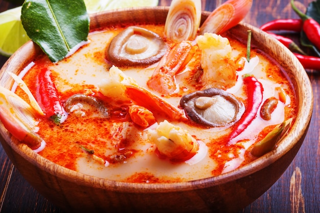 Tajska zupa tom yam z krewetkami i grzybami