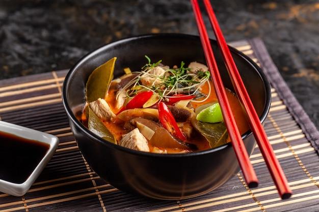Tajska zupa tom yam z kurczaka.