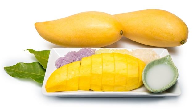 Tajski deser słodki lepki ryż z mlekiem kokosowym mango na białym tle