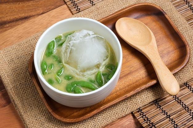 Tajski deser. tajski pandan krótki wermiszel w mleku kokosowym z cukrem palmowym.