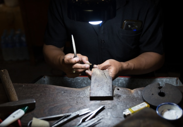 Tajski jubiler robi biżuterię