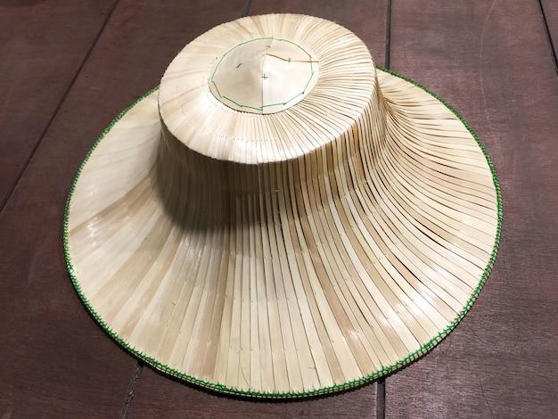 Tajski kapelusz rolnik wykonany z tkanych liści palmowych