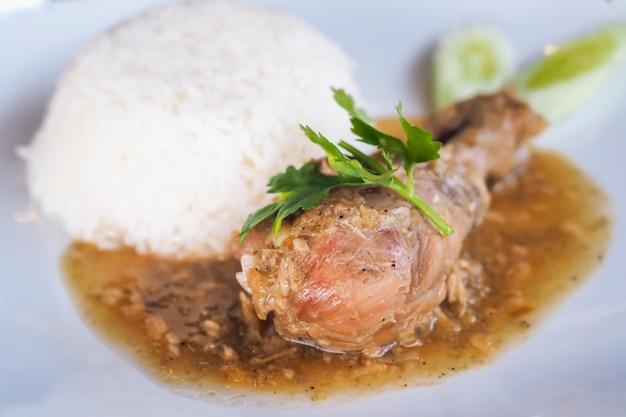 Tajski kurczak pieczony w sosie podawany z ryżem