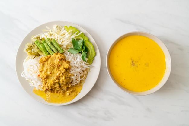 Tajski makaron ryżowy z curry z kraba i różnymi warzywami