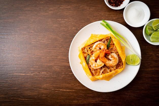 Tajski makaron smażony z krewetkami i jajkiem (pad thai) - po tajsku