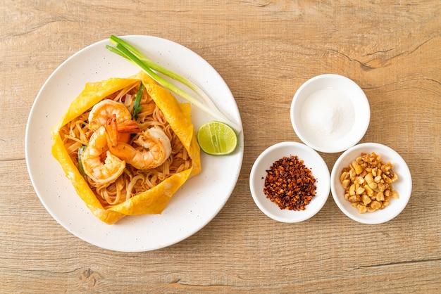 Tajski makaron smażony z krewetkami i jajkiem