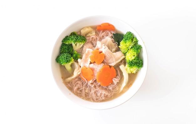 Tajski makaron w stylu smażony w sosie z sosem marynowanym z wieprzowiną i chińskimi brokułami