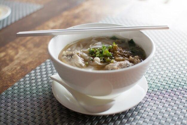 Tajski makaron z kurczakiem na stole