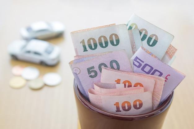 Tajski pieniądze w słoiku