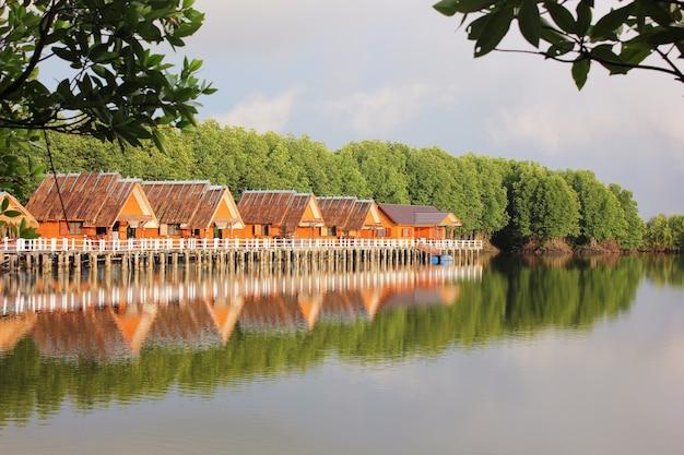 Tajski pobyt w domu w lasach namorzynowych w chantaburi