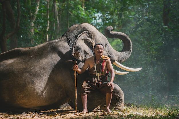 Tajski rolnik spaceru ze słoniem w dżungli