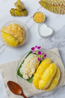 Tajski słodki lepki ryż z durianem w deserze.