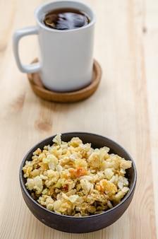 Tajski słodki ryż chrupiący, zakradnij się w czasie relaksu