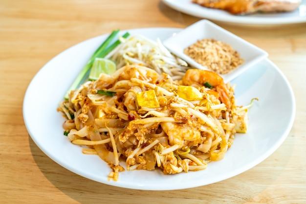 Tajski smażony makaron ryżowy z krewetkami i krewetkami