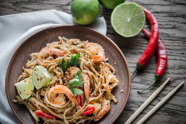 Tajski smażony makaron ryżowy z krewetkami
