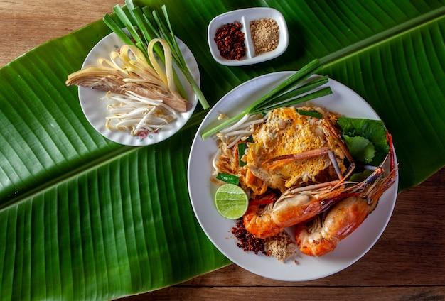 Tajski smażony makaron z krewetkami (pad thai)
