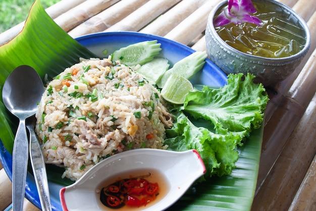 Tajski Smażony Ryż Z Jajkiem I Wieprzowiną, Z Lodowym Napojem, Oryginalna Tajska Kultura Serwująca Styl Premium Zdjęcia
