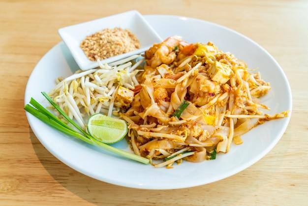 Tajski smażony ryż z makaronem z krewetkami i krewetkami
