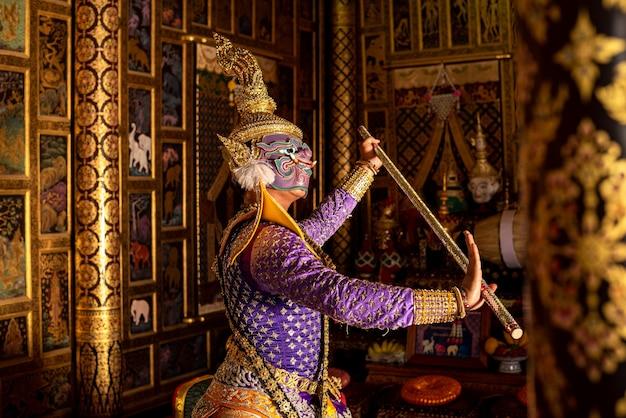 Tajski taniec w tradycyjnej masce ramajany