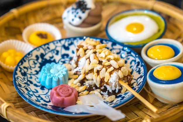 Tajski tradycyjny deser w splotowym koszu