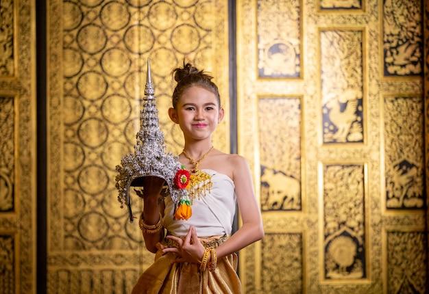 Tajski tradycyjny strój. young kid actors wykonuje tajską sztukę tańca starożytnego tajskiego tańca klasycznego w tajlandii